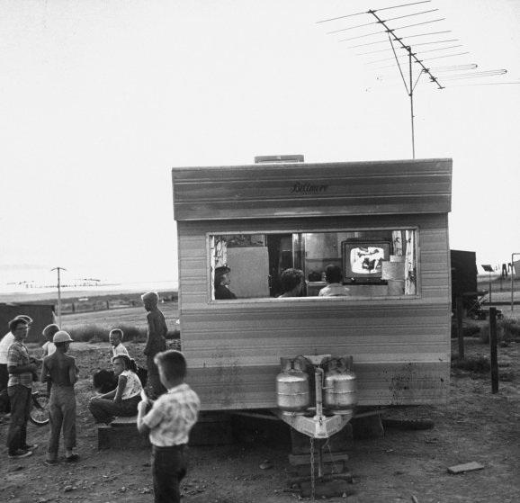Gia đình một người công nhân làm đường ở bang Utah, Mỹ, đang cùng xem TV trong một cabin nhỏ. Ảnh chụp năm 1957.