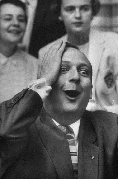 Một fan bóng chày với gương mặt hạnh phúc rạng ngời khi chứng kiến đội tuyển mà anh cổ vũ đã giành chiến thắng. Ảnh chụp năm 1957.