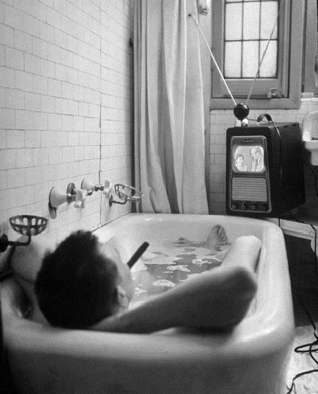 Nhà văn người Mỹ Russell Finch tận hưởng thú vui vừa tắm vừa xem truyền hình. Ảnh chụp năm 1948.