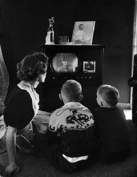 Xem phim cao bồi miền viễn Tây. Ảnh chụp năm 1950.