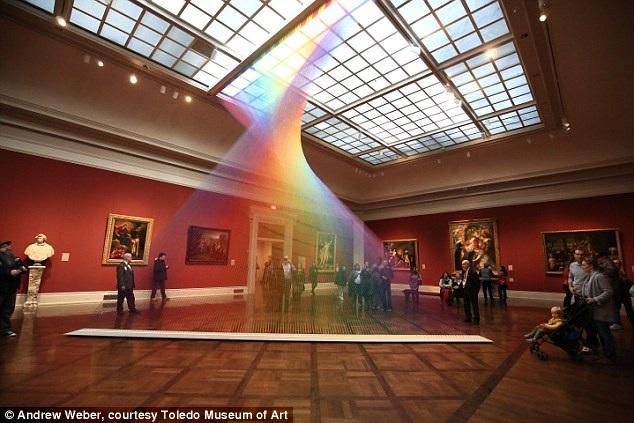 Phổ màu sống động và chân thực của cầu vồng nhân tạo này hoàn toàn được tạo thành từ bàn tay con người, không hề là kết quả của hiện tượng khúc xạ ánh sáng. Thực tế, cầu vồng này được tạo nên từ hàng ngàn sợi chỉ màu, tạo thành một ảo ảnh đáng kinh ngạc.