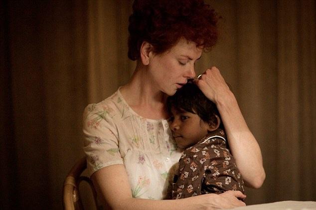 Trong phim, Nicole Kidman vào vai một người mẹ nuôi tận tâm, đã yêu thương, chăm sóc cho cậu con trai nuôi đến từ Ấn Độ. Khi người con trai trưởng thành, cậu quyết định thực hiện một cuộc hành trình quay về Ấn Độ để tìm lại cha mẹ đẻ của mình.