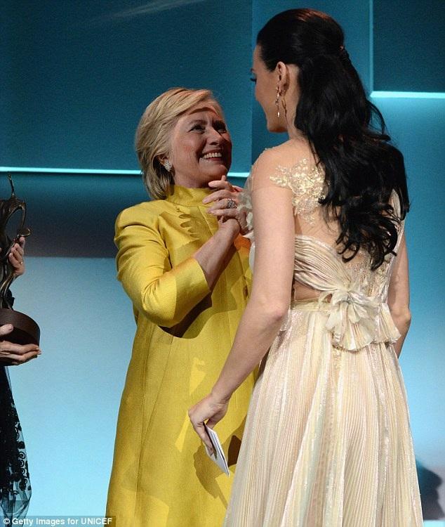 Nữ chính trị gia Hillary Clinton đã tạo nên bất ngờ lớn khi xuất hiện tại sự kiện tổ chức thường niên của UNICEF để tôn vinh một nhân vật nghệ sĩ đã có nhiều đóng góp cho Quỹ trong một năm hoạt động. Năm nay, người được tôn vinh chính là nữ ca sĩ gắn bó thân thiết với bà Clinton - Katy Perry.