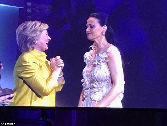Katy Perry đã bật khóc khi nhìn thấy bà Hillary Clinton xuất hiện để vinh danh những đóng góp thiện nguyện của mình trong một năm qua cùng với UNICEF.