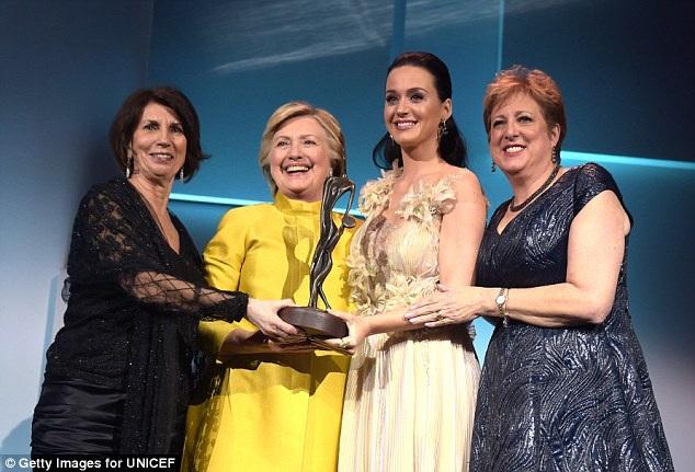 Bà Hillary Clinton đã mang đến cho nữ ca sĩ Katy Perry niềm vui bất ngờ khi đích thân xuất hiện để trao giải thưởng Nhân đạo Audrey Hepburn cho cô.