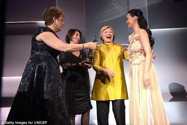 Sự xuất hiện của bà Clinton là một bất ngờ lớn tại sự kiện, khiến Katy Perry bật khóc.