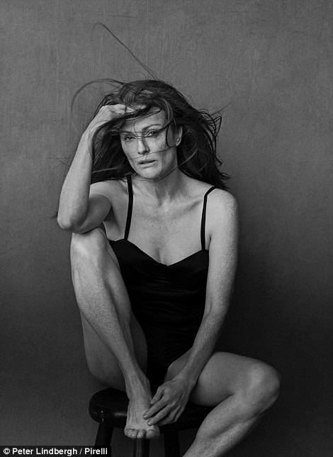 """Nữ diễn viên Julianne Moore (55 tuổi) xuất hiện trong một bức hình sẽ được sử dụng làm ảnh lịch 2017 của Pirelli. Chủ đề của cuốn lịch này là """"vẻ đẹp tự nhiên và sự nữ tính""""."""