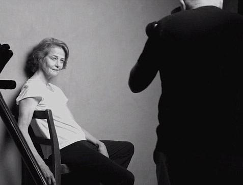 Nữ diễn viên kỳ cựu Charlotte Rampling (70 tuổi) đang trong quá trình thực hiện một bức hình.