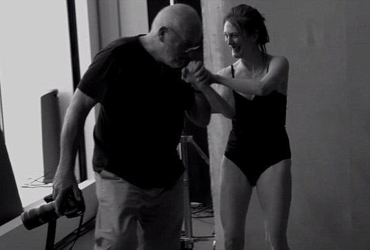 Tất cả các nữ diễn viên tham gia thực hiện bộ ảnh lịch đặc biệt này đều rất thích thú với ý tưởng và cách làm việc của nhiếp ảnh gia Lindberg. Trong ảnh là nữ diễn viên Julianne Moore.