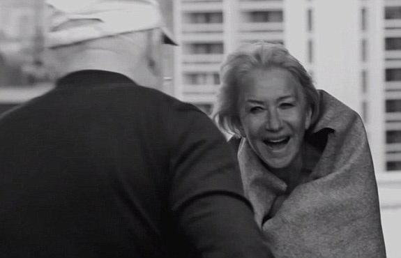 Nữ diễn viên gạo cội Helen Mirren (71 tuổi) cười lớn trong giờ nghỉ giải lao.