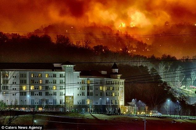 Một khách sạn thuộc sở hữu của nữ ca sĩ Dolly Parton nằm ở ngoại ô thành phố Knoxville, bang Tennessee, đứng trước hậu cảnh là một trận cháy rừng nghiêm trọng.