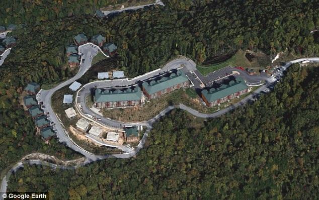 Ảnh chụp từ trên cao nhìn xuống quang cảnh một khu resort nằm trong vùng núi Smoky trước khi cháy rừng xảy ra.