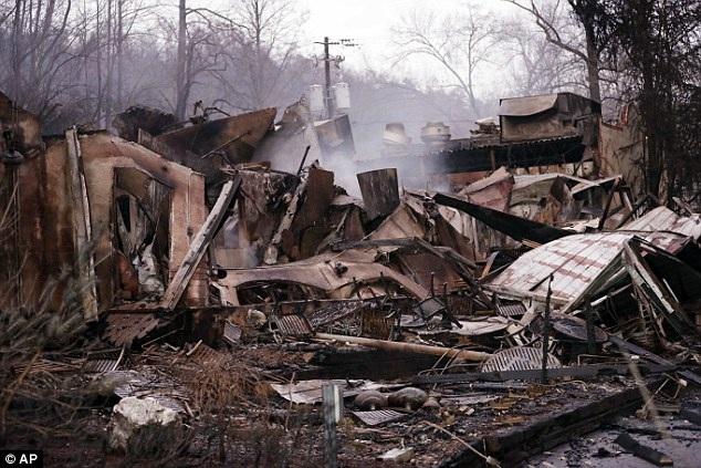 Hơn 14.000 người dân và du khách nằm trong khu vực bị ảnh hưởng bởi loạt trận cháy rừng đã buộc phải đi sơ tán. Hàng trăm ngôi nhà đã bị thiêu rụi.