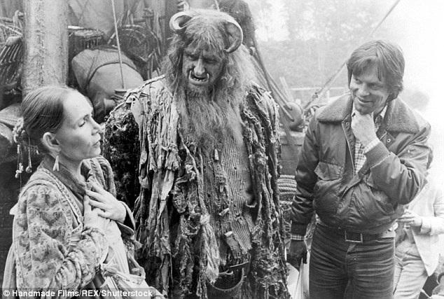 Trong sự nghiệp trải dài của mình, ông Vaughan (giữa) đã tham gia rất nhiều bộ phim truyền hình và điện ảnh, dù không trở thành ngôi sao lớn, nhưng ông luôn kiên trì, nhẫn nại và nghiêm túc với nghề.