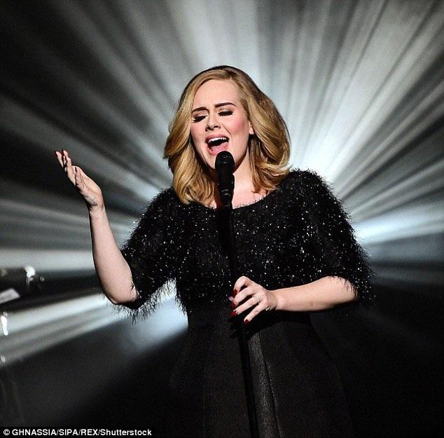 """Adele là ca sĩ quốc tế đầu tiên tuyên chiến với nạn phe vé thường xuyên xuất hiện trong các buổi biểu diễn của cô. Động thái này được thực hiện với mục đích để những fan yêu nhạc đích thực có cơ hội mua vé với mức giá hợp lý, thay vì phải """"cắn răng"""" chấp nhận mua lại vé chợ đen """"đắt cắt cổ""""."""