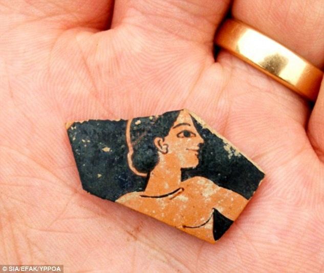 Đội khảo cổ đã tìm thấy những bình vò cổ xưa, những đồng tiền xu có niên đại từ khoảng năm 500 trước Công nguyên.