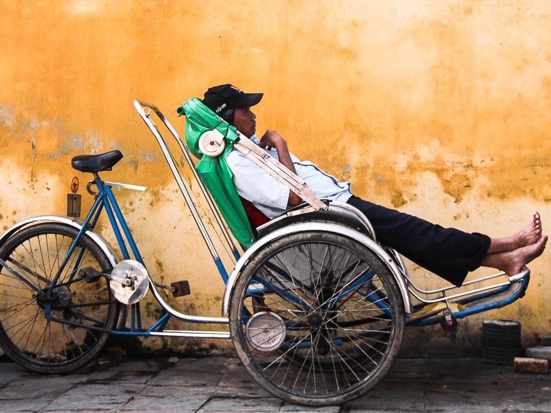 Khách du lịch thường ngồi xe xích lô.