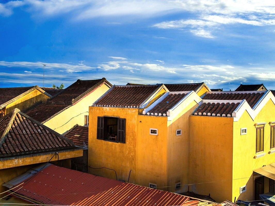 Những ngôi nhà tường vàng là một nét kiến trúc đặc trưng của nơi đây.