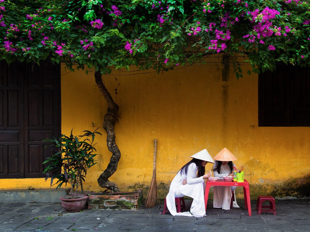 Một quán hàng ăn ven đường.