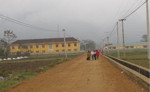 Các em học sinh trường Phổ thông bán trú THCS Hồng Tiến đi học về.