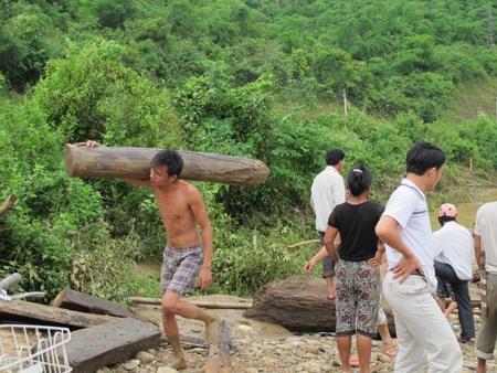 Mót gỗ giữa dòng thủy thần  - 10