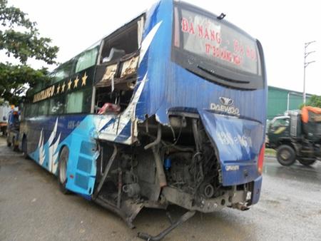 Xe tải tông xe khách, 1 người chết, 2 người bị thương - 2