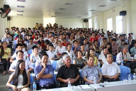 Hơn 1000 bạn học sinh, sinh viên ở hai tỉnh Nghệ An và Hà Tĩnh đã tới tham gia hội thảo.