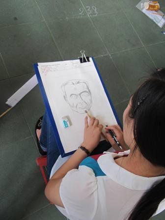 Một bức vẽ của các thí sinh sắp được hoàn thành.