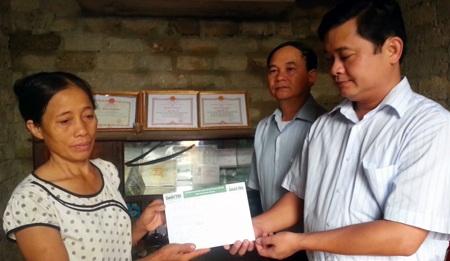 Thay mặt PV Dân trí, ông Thái Thanh Quý - Bí thư huyện Ủy Nam Đàn trao 22