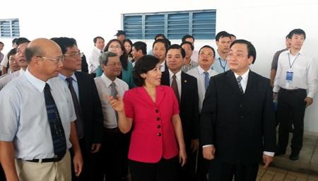 Phó Thủ tướng Hoàng Trung Hải đi thăm nhà máy.