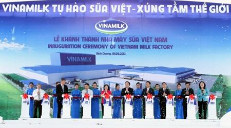 Các đại biểu cắt băng khánh thành nhà máy sữa lớn nhất thế giới của Vinamilk.