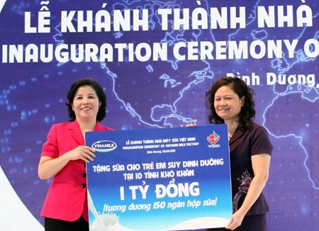 Bà Mai Kiều Liên (áo đỏ) - Chủ tịch HĐQT kiêm Tổng GĐ Công ty