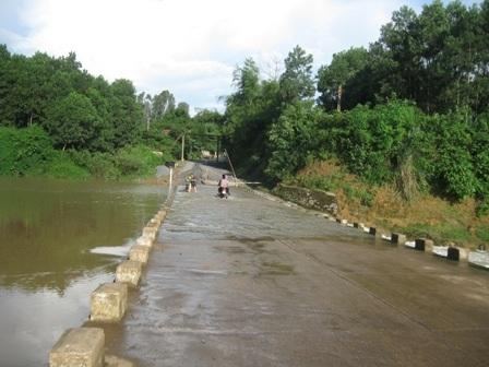 Cầu tràn Khe Ang - nơi chiếc xe 7 chỗ bị lũ cuốn trôi (trong ảnh: Nước Khe Ang khi còn nhỏ).