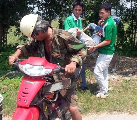Ngay lập tức, chiếc xe cà tàng của người đàn ông khắc khổ này đưa người bị nạn đi cấp cứu.