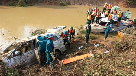 Khởi tố vụ xe ô tô bị lũ cuốn làm 5 người chết