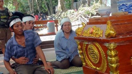 Tang tóc của các gia đình nạn nhân tron vụ xe 7 chỗ bị cuốn trôi ở tràn Khe Ang.