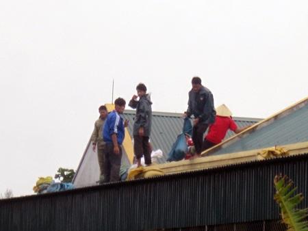 Người dân khẩn trương chằng chống nhà cửa trước giờ bão độ bộ.