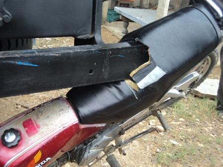 Hiện trường cho thấy chiếc xe máy đã lao đi với một tốc độ kinh hoàng.