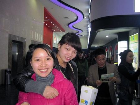 Khán giả nô nức tới rạp xem phim.