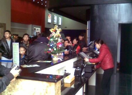 Khán giả thành Vinh đến mua vé xem phim Tèo Em.