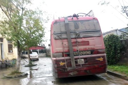 Chiếc xe được đưa về trụ sở CA huyện Hưng Nguyên làm rõ.