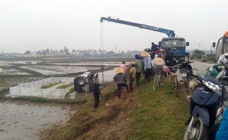 Vụ tai nạn xảy ra khi các nông dân đang làm ruộng họ được một phen hú hồn.