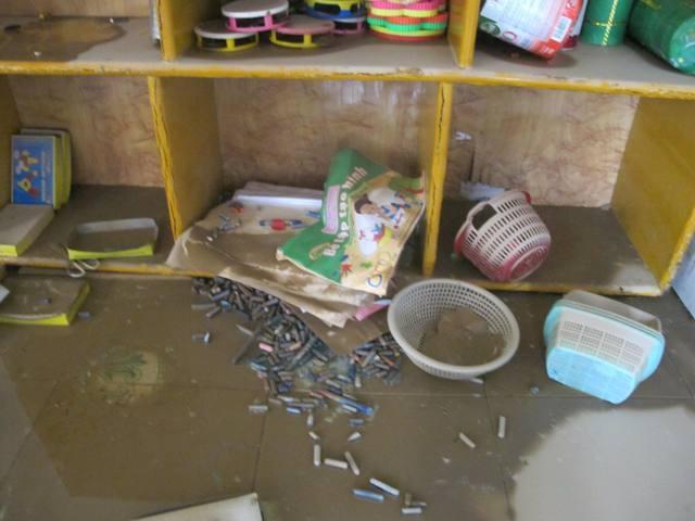 Trong các lớp học bàn ghế, đồ chơi, sách vở đều bị phủ một lớp bùn dày đặc.