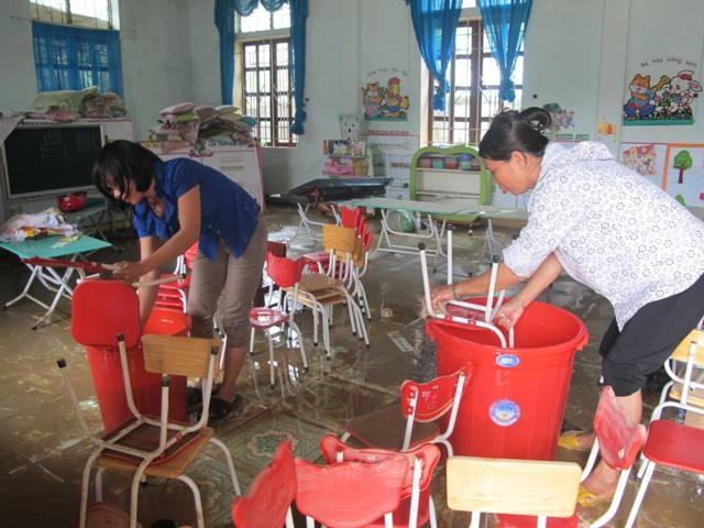 Thay vì dạy và học thầy trò chung tay gánh bùn, khôi phục hậu quả sau lũ
