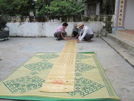 Sắc phong bằng gấm lụa có chiều dài 4,3m, rộng 0,42m có niên đại 385 năm.