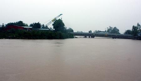 Nước trên sông Hoàng Mai dâng cao bất thường.