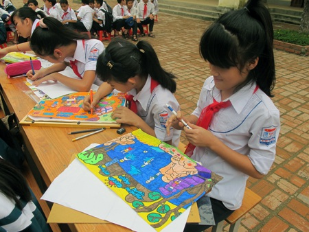 Các thí sinh chăm chú làm bài với phần thi vẽ tranh.