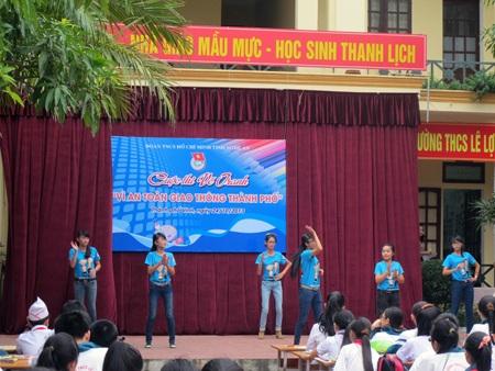 Phần biểu diễn văn nghệ của các học sinh trong trường.