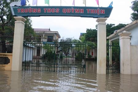 Trường học chìm trong biển nước.