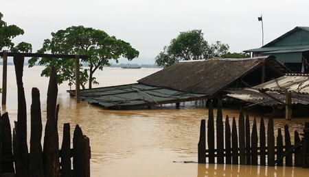 Nước dâng cao hơn 2m tại xã Hưng Lam.